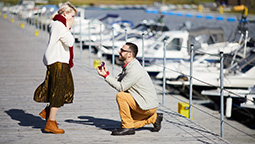 romantic-proposal-with-ring-C8XMANQ